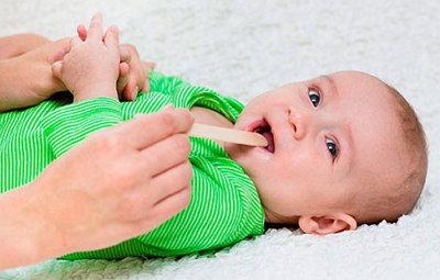 Болит горло у грудничка - чем лечить и как помочь?